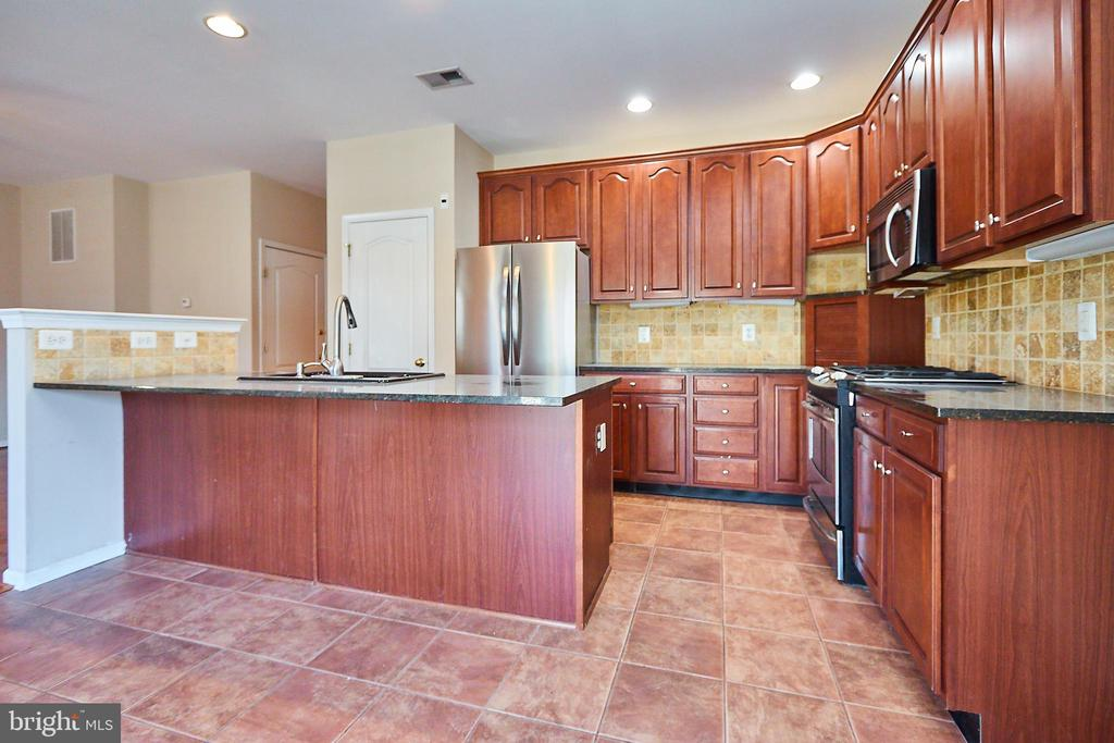 Kitchen island - 5642 WHEELWRIGHT WAY, HAYMARKET
