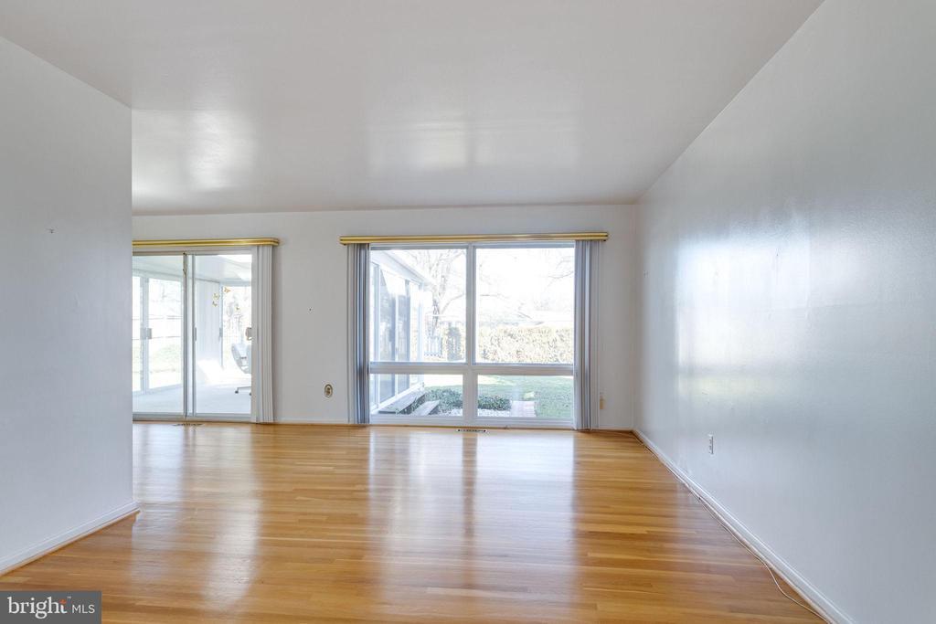 Living Room w/ hardwood floors - 6424 MERIWETHER LN, SPRINGFIELD