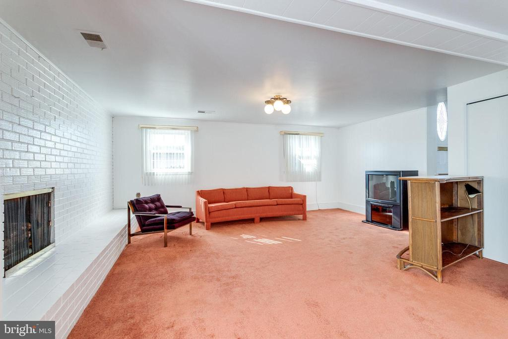 Rec room has gar fireplace - 6424 MERIWETHER LN, SPRINGFIELD