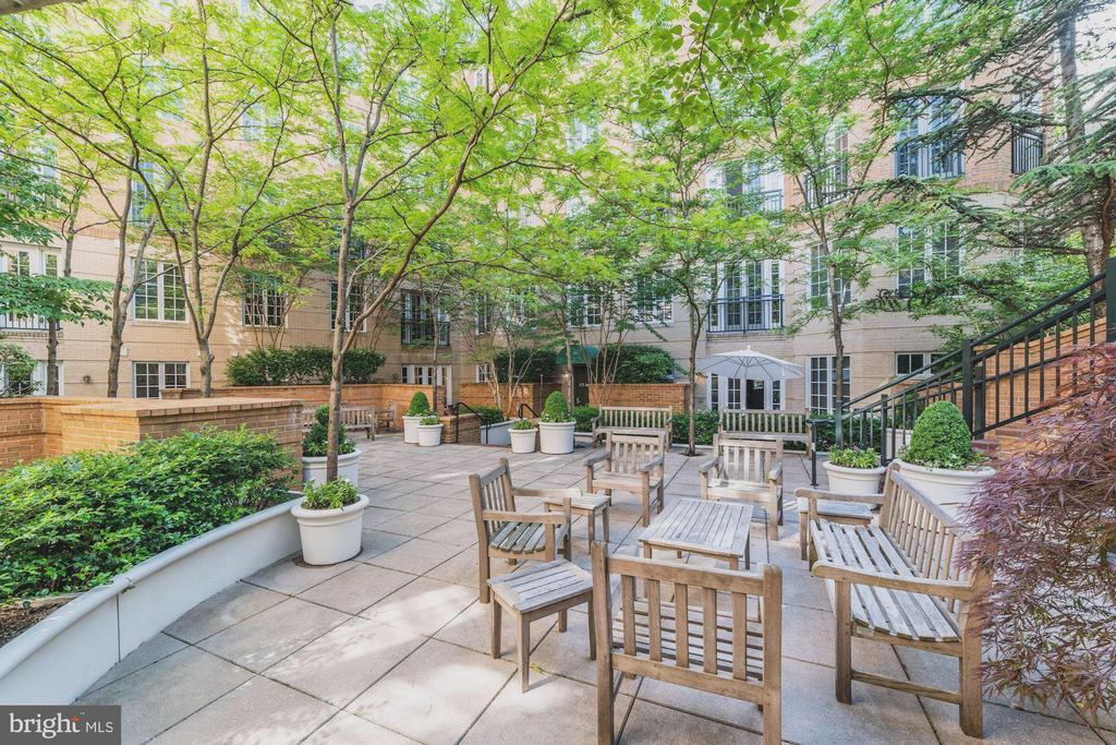 Common Courtyard on lower level - 2501 WISCONSIN AVE NW #303, WASHINGTON