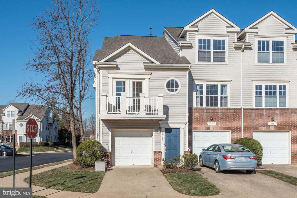 Bright and Sunny end unit town house - 20387 BIRCHMERE TER, ASHBURN