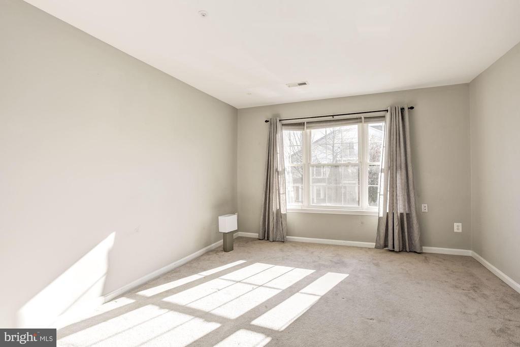 Master bedroom that gets great sunlight - 20387 BIRCHMERE TER, ASHBURN