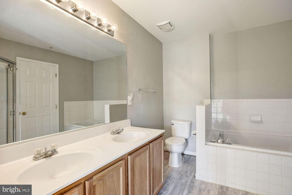 Second full bathroom with double vanity - 20387 BIRCHMERE TER, ASHBURN