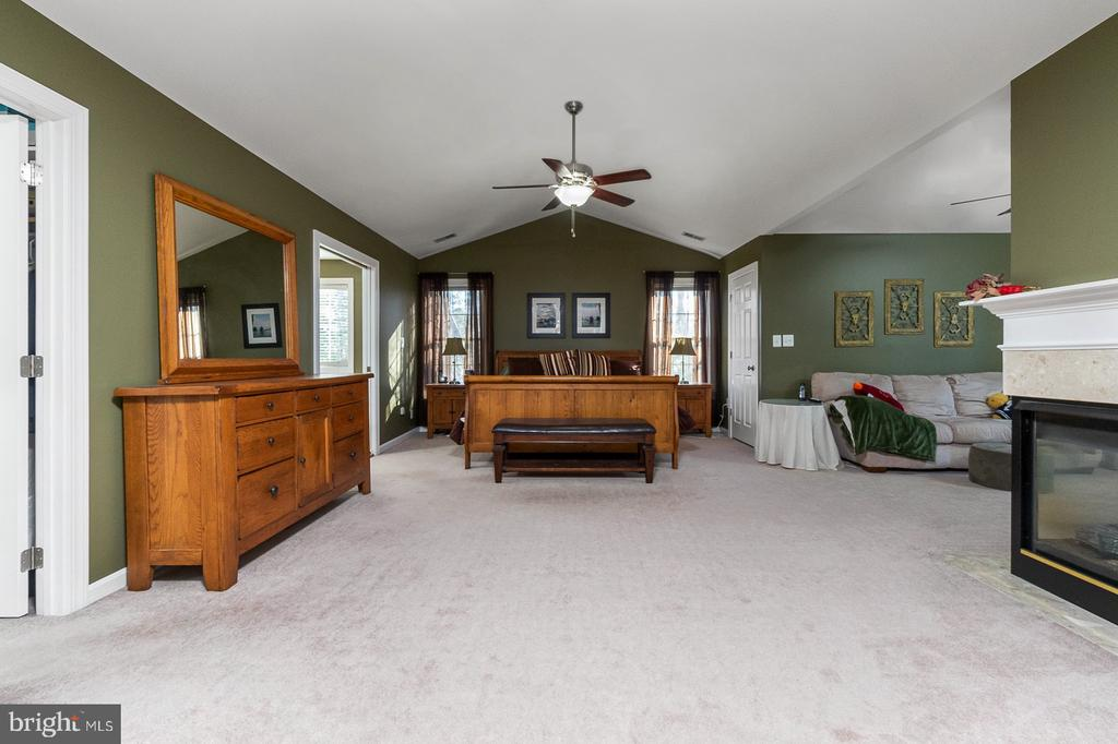 Incredible Master Suite with Gas Fireplace - 1515 JUDD CT, HERNDON