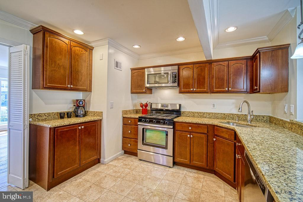 Plenty of cabinet space - 2102 DARTMOUTH DR, ALEXANDRIA