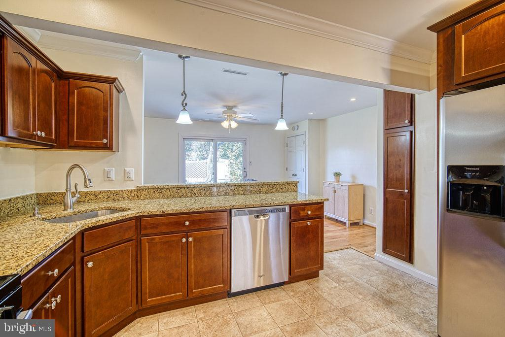 Plenty of cabinet & counter space - 2102 DARTMOUTH DR, ALEXANDRIA