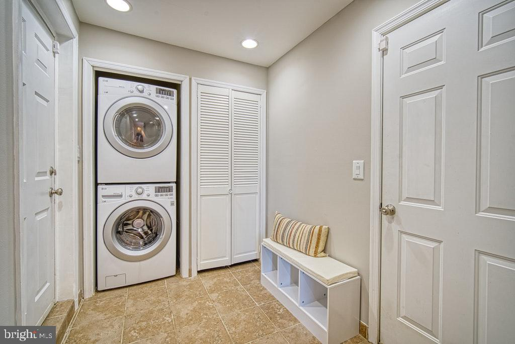 Separate laundry/mud room leads to garage - 2102 DARTMOUTH DR, ALEXANDRIA