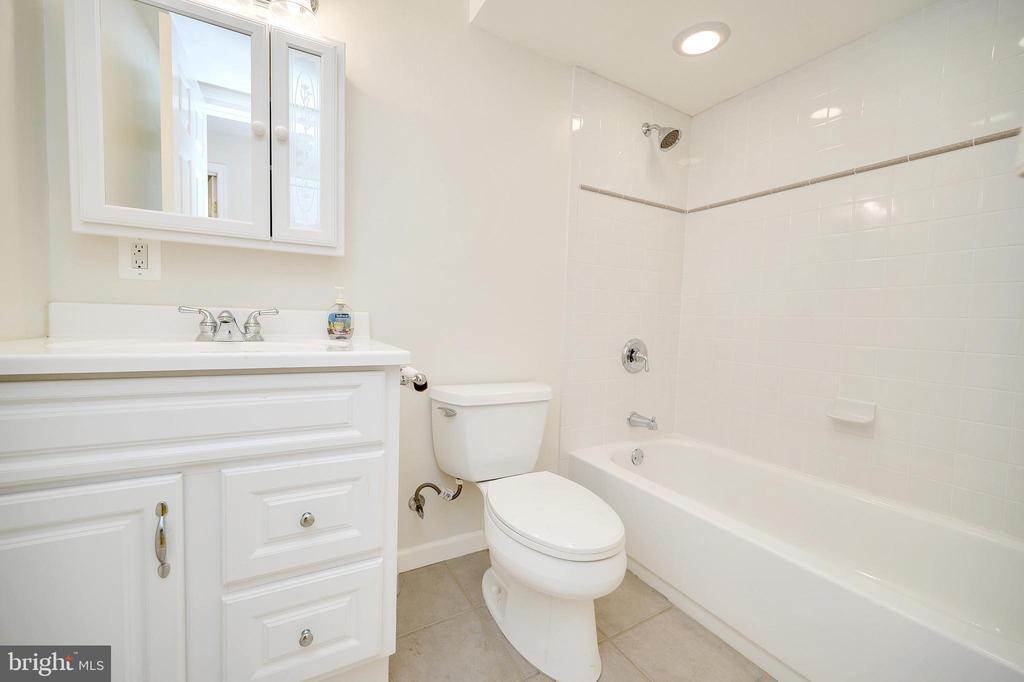 Full Bathroom.. - 6142 WALKER'S HOLLOW WAY, LOCUST GROVE