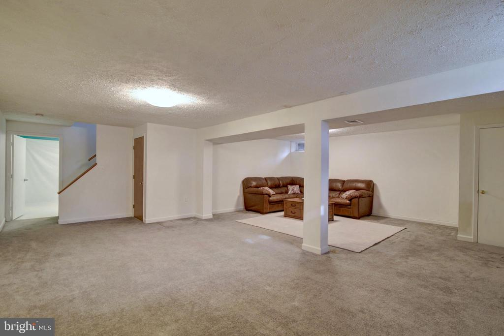 Sectional Sofa Conveys - 123 APPLEGATE DR, STERLING