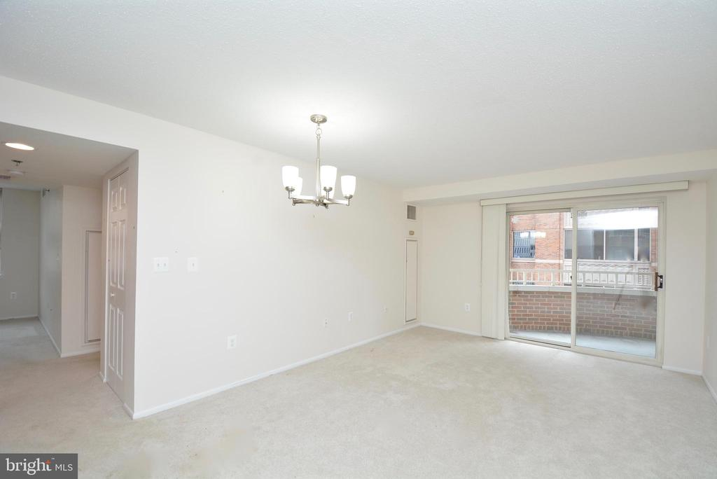 Living room opens to the balcony - 900 N TAYLOR ST #724, ARLINGTON