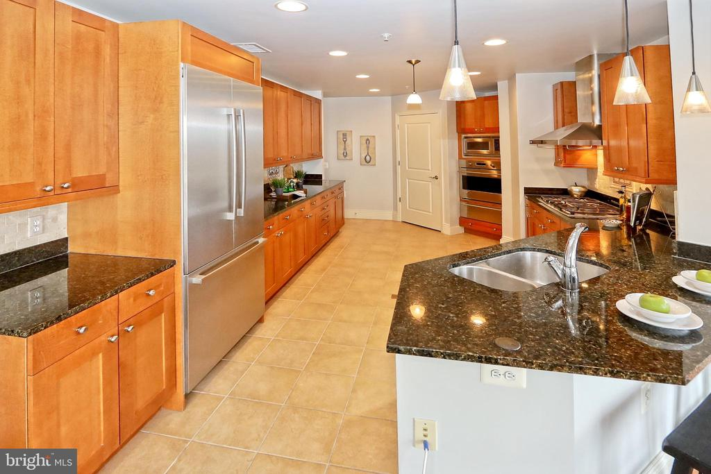 Large walk-in pantry in spacious kitchen - 11990 MARKET ST #1914, RESTON