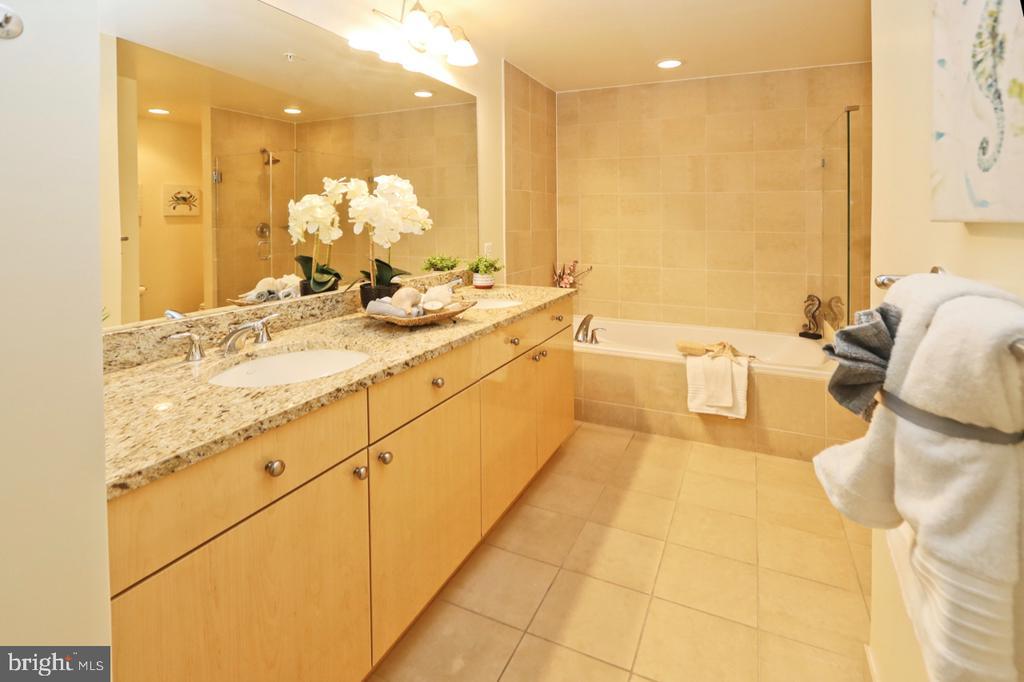 Luxury master bathroom with double granite vanity - 11990 MARKET ST #1914, RESTON
