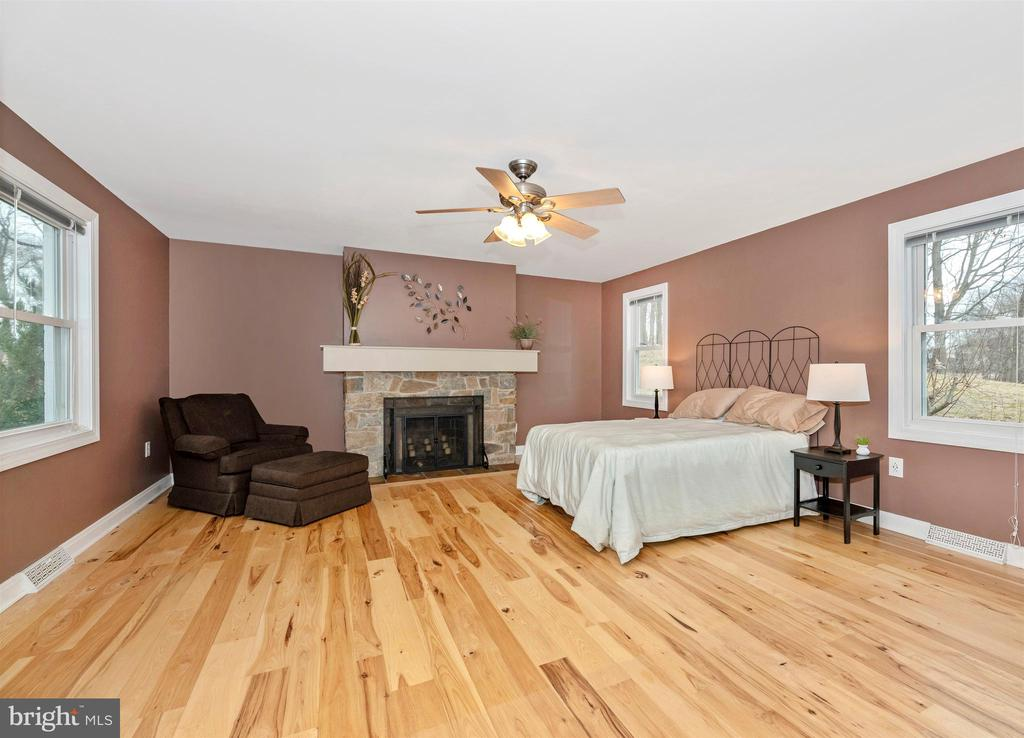 Wow.  What a Master Bedroom. - 2805 THURSTON RD, URBANA