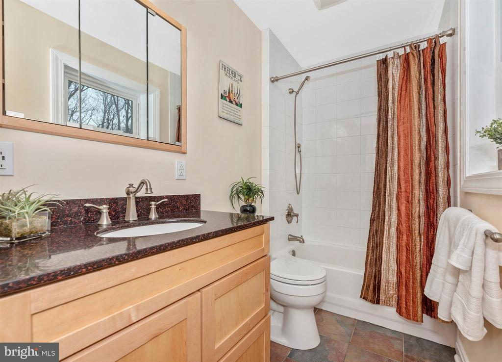 Hall Bath - 2805 THURSTON RD, URBANA