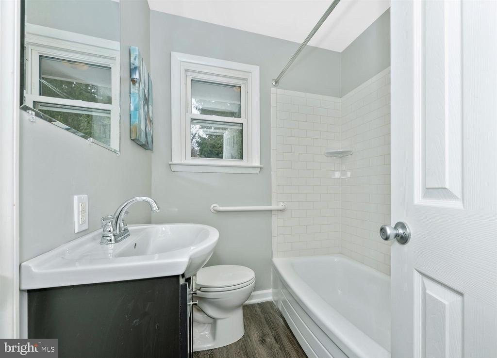 Hall Full Bathroom - 21360 NATIONAL PIKE, BOONSBORO
