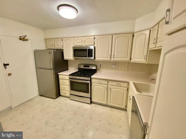 Kitchen, Stainless Steel Appliances - 1300 ARMY NAVY DR #105, ARLINGTON