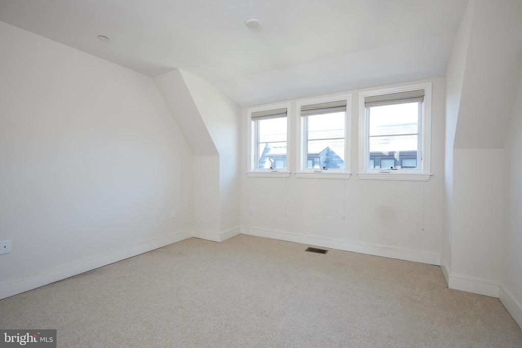 Light Filled 3th floor private bedroom. - 419 GUETHLER'S WAY SE, WASHINGTON