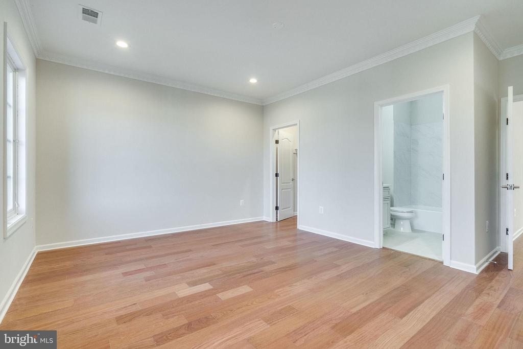 4th Bedroom w/Own Full Bath & Walk-in Closet - 2232 GREAT FALLS ST, FALLS CHURCH