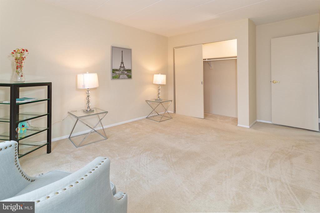 large guest bedroom - 5743 N KINGS HWY #364, ALEXANDRIA