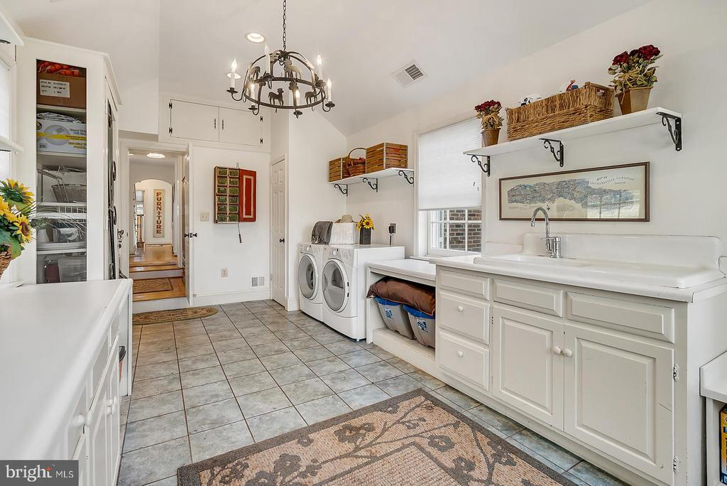 Fantastic storage & farm sink in laundry/mud room. - 18217 CANBY RD, LEESBURG
