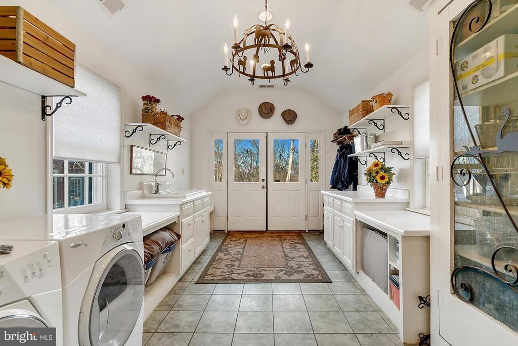 Darling mud/laundry handles snow/mud/pets/kids. - 18217 CANBY RD, LEESBURG