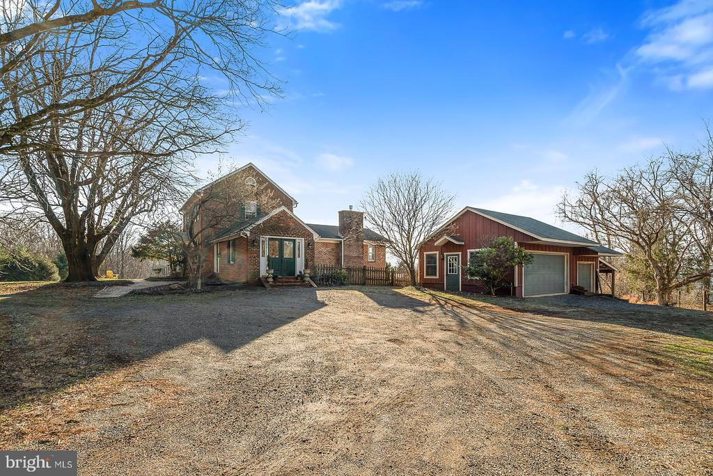 3 bay garage off convenient side mud/laundry entry - 18217 CANBY RD, LEESBURG