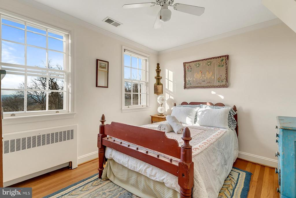 3rd BR w/ barn/pastoral views & ample closet. - 18217 CANBY RD, LEESBURG