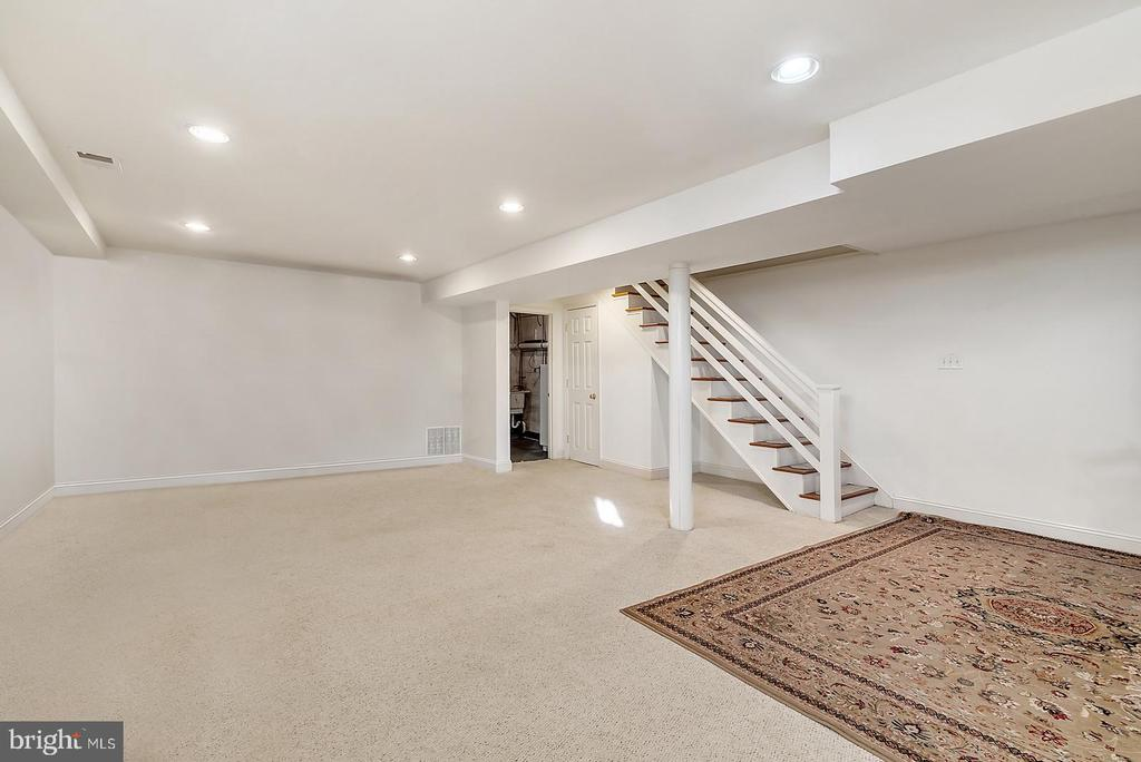 Work/studio space in finished basement. - 18217 CANBY RD, LEESBURG