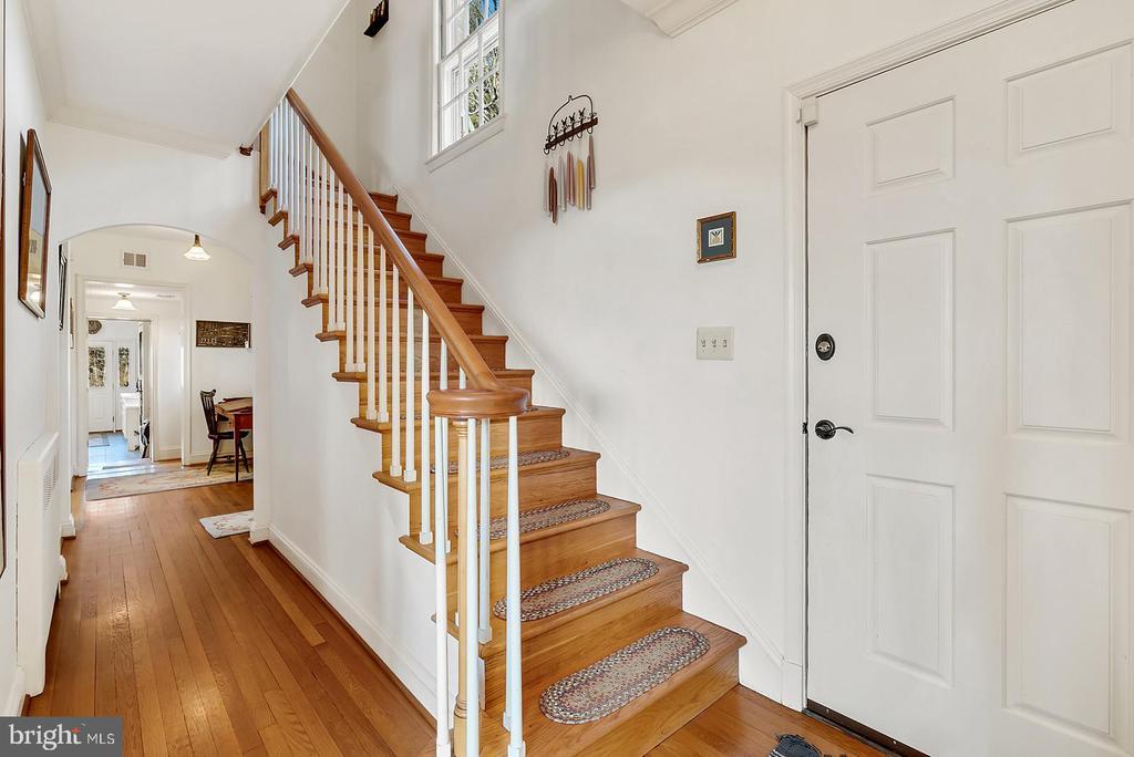 Bentwood railing in elegant stair, hardwoods. - 18217 CANBY RD, LEESBURG