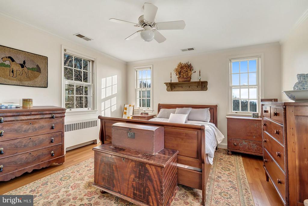 Sunny master w/ views at every angle. - 18217 CANBY RD, LEESBURG