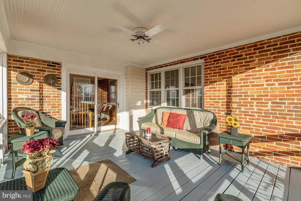 Screened porchs entry to family entertaining & kit - 18217 CANBY RD, LEESBURG