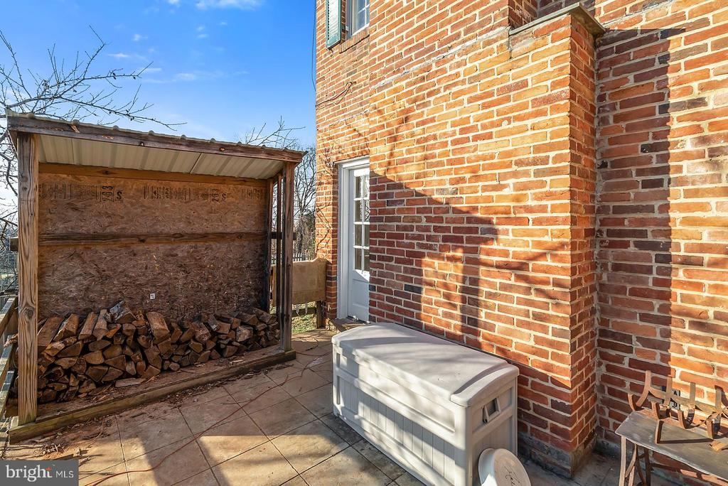 Side porch offer easy access to firewood for Jotul - 18217 CANBY RD, LEESBURG