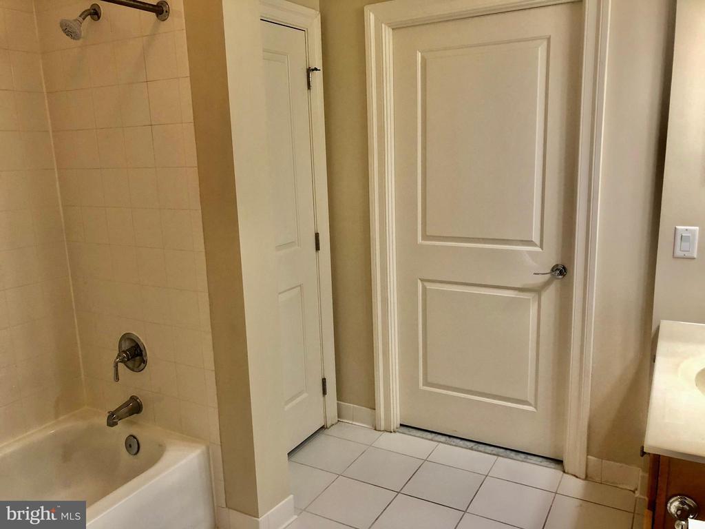 BRIGHT FULL BATHROOM - 38 MARYLAND AVE #312, ROCKVILLE