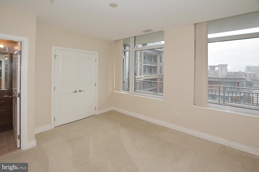SECOND BEDROOM SUITE WITH VIEW OF AREA - 8220 CRESTWOOD HEIGHTS DRIVE #1818, MCLEAN
