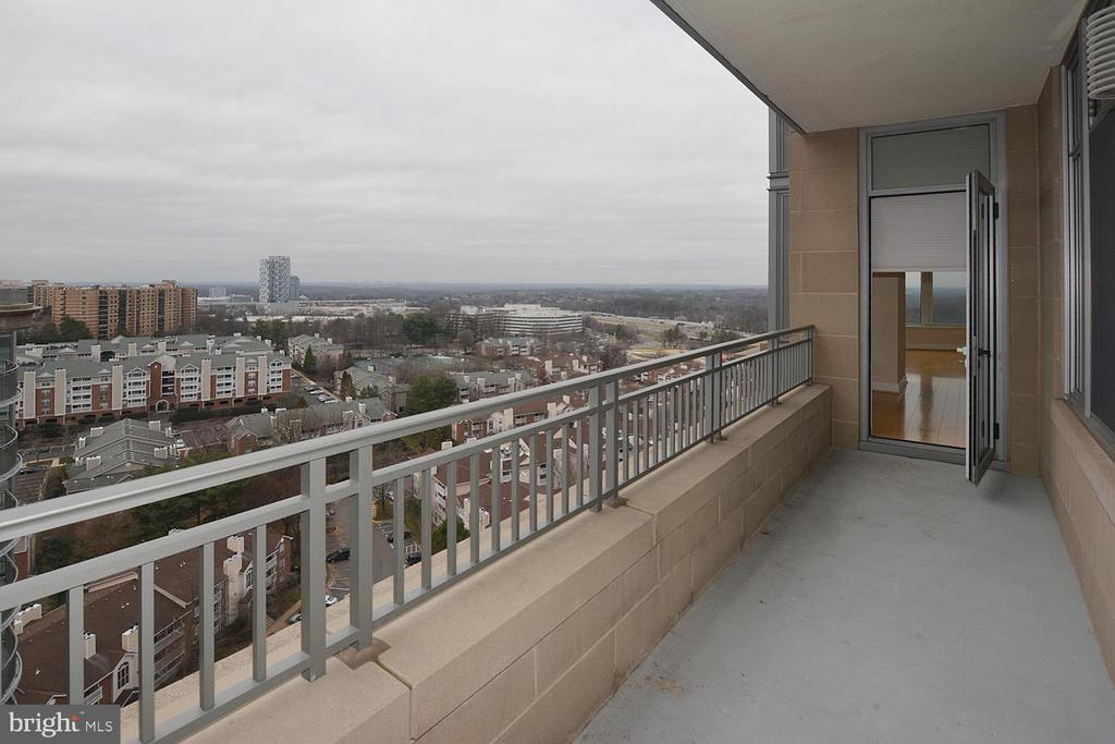 WALK OUT TO BALCONY OFF MASTER BEDROOM - 8220 CRESTWOOD HEIGHTS DRIVE #1818, MCLEAN