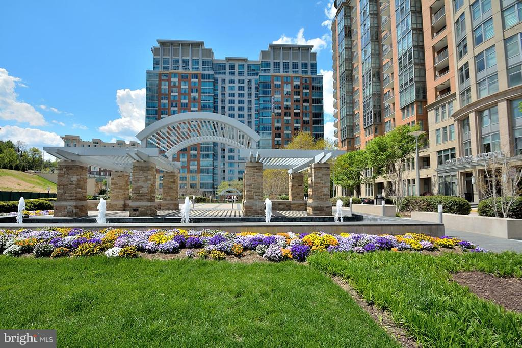 BEAUTIFUL ARCHWAY, BENCHES TO SIT WITH PETS - 8220 CRESTWOOD HEIGHTS DRIVE #1818, MCLEAN