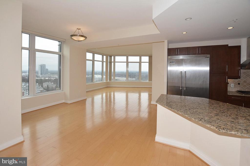 LARGE LIVING ROOM WITH GLEAMING FLOORS - 8220 CRESTWOOD HEIGHTS DRIVE #1818, MCLEAN