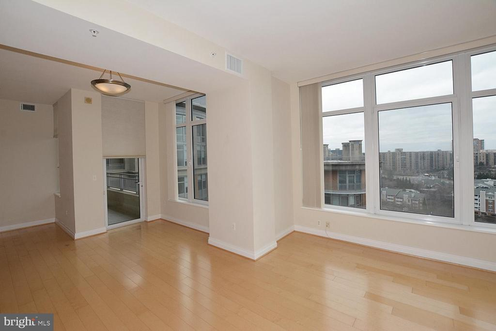 DINING AREA WITH MAPLE WOOD DOOR EXCESS TO BALCONY - 8220 CRESTWOOD HEIGHTS DRIVE #1818, MCLEAN