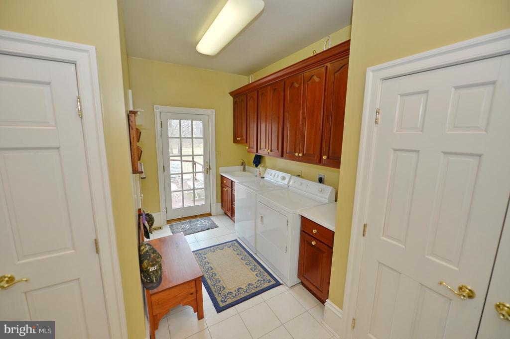 Laundry room on main floor behind kitchen - 37120 DEVON WICK LN, PURCELLVILLE