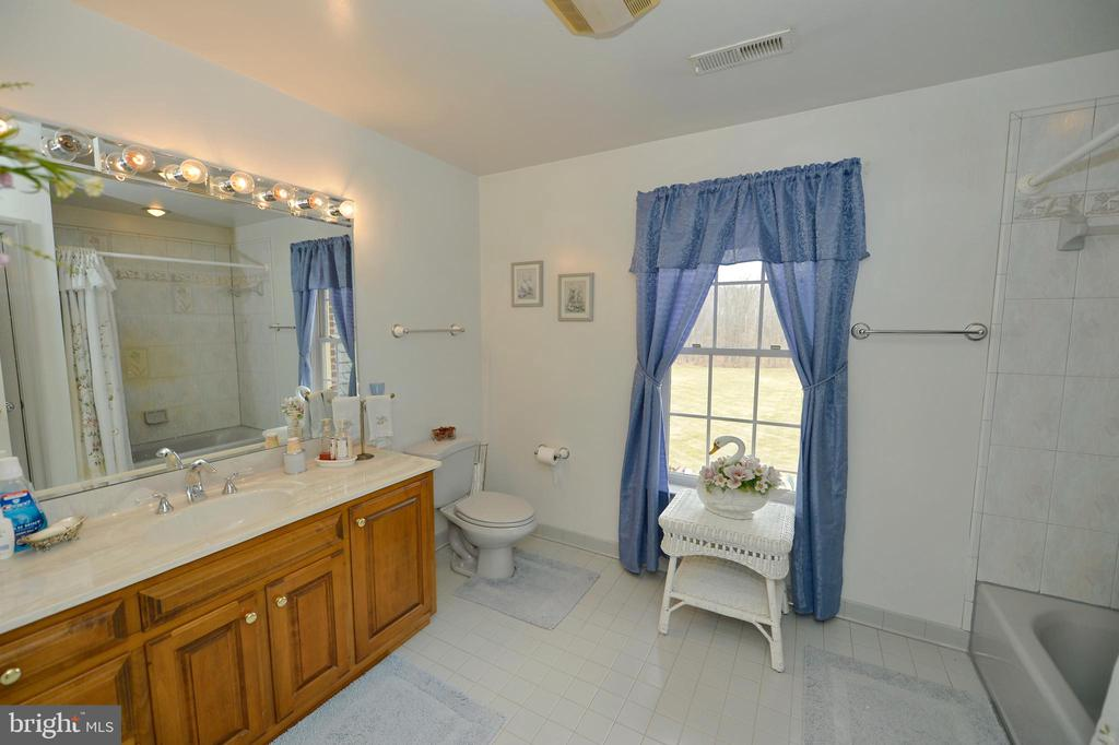 Upper level full bath 3 - 37120 DEVON WICK LN, PURCELLVILLE