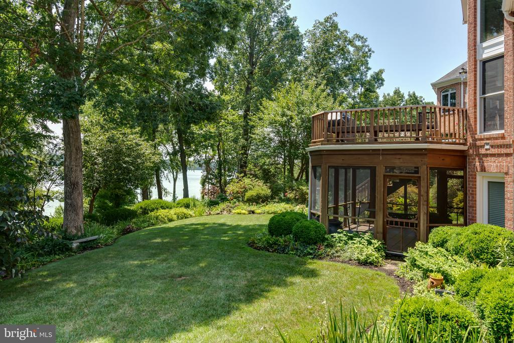 Private back yard with screen porch and deck - 9403 LUDGATE DR, ALEXANDRIA