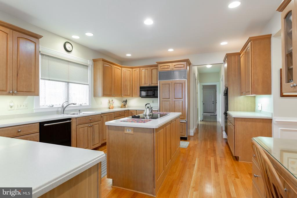Large open kitchen both island and peninsula - 9403 LUDGATE DR, ALEXANDRIA