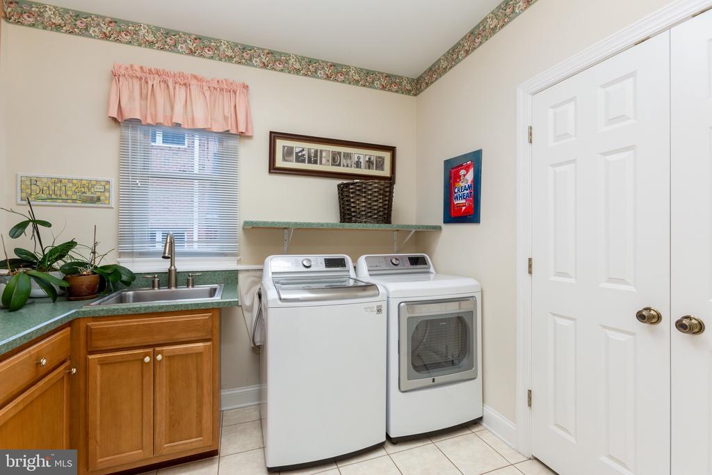 Huge Laundry room/Mud room - 9403 LUDGATE DR, ALEXANDRIA
