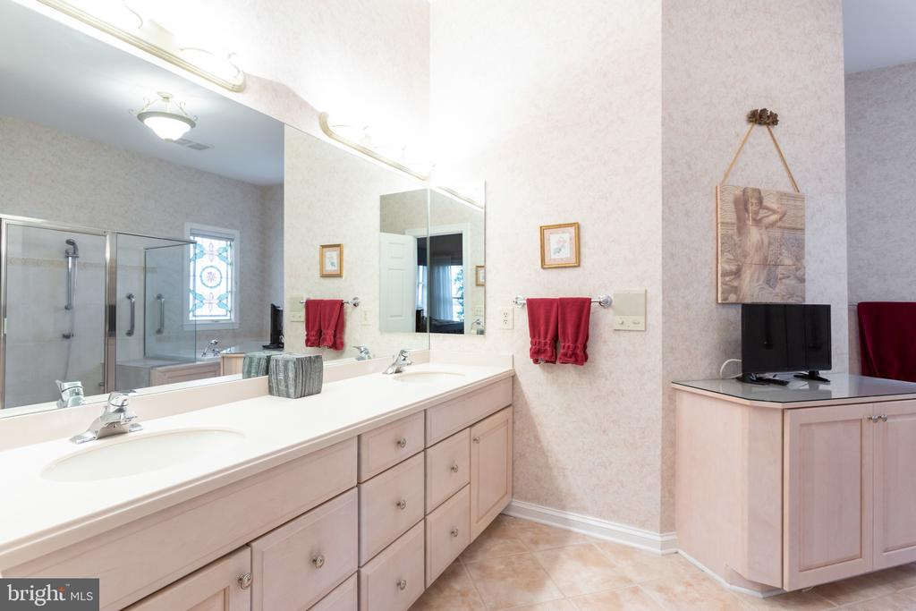 Double vanity and heated floors in master bath - 9403 LUDGATE DR, ALEXANDRIA