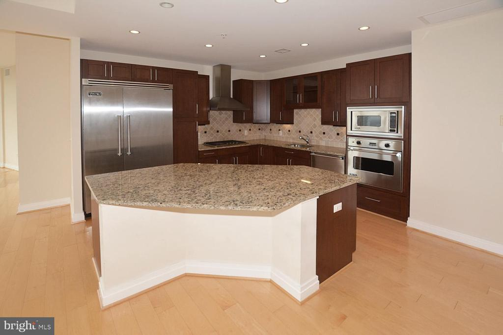 ELEGANT KITCHEN ENTERTAIN IN STYLE - 8220 CRESTWOOD HEIGHTS DRIVE #1818, MCLEAN