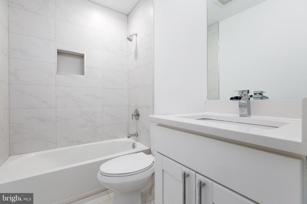 Hall bath - 411 MELLON ST SE ##2, WASHINGTON