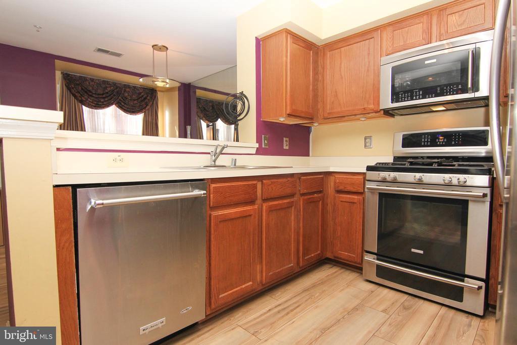 Kitchen w/stainless steel appliances - 9812 SPANISH OAK WAY #118, BOWIE