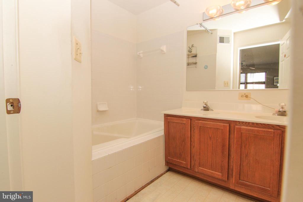 Master bath with dual vanities - 9812 SPANISH OAK WAY #118, BOWIE