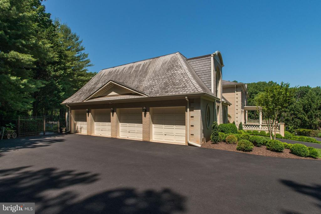 4-Car Garage with Guest / In-law Apartment Above - 1198 WINDROCK DR, MCLEAN