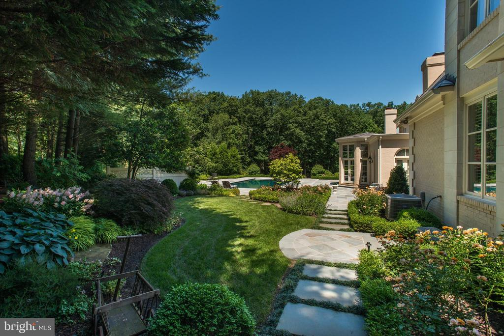 Gorgeous Gardens - 1198 WINDROCK DR, MCLEAN